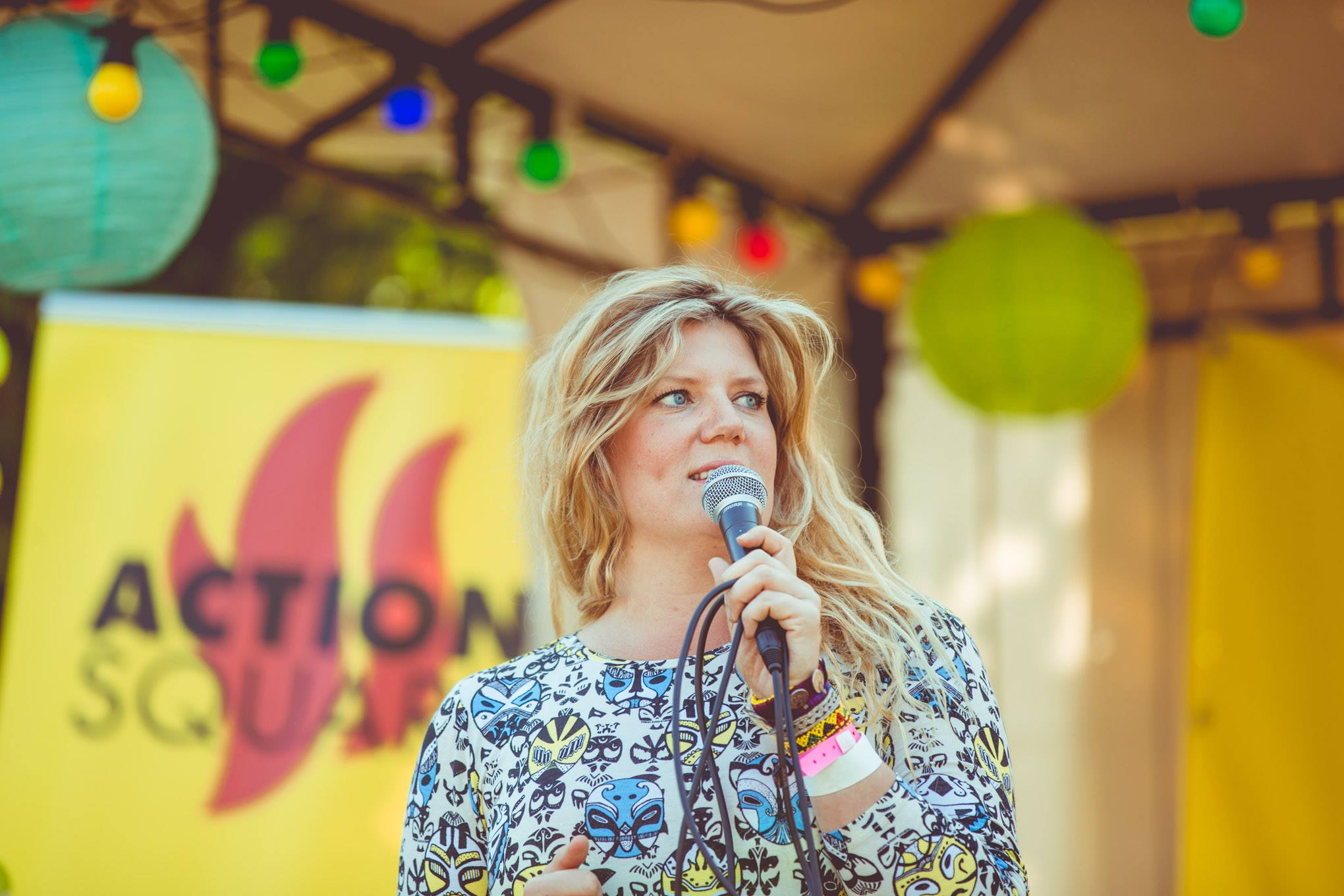 Angelica Bengtsson, Rädda Barnen, håller en inspirationsföreläsning om demokrati och ungas inflytande