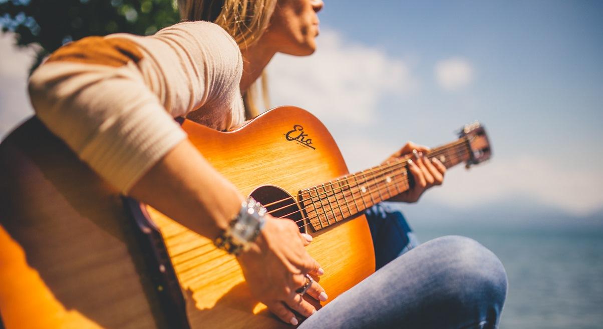 Tjej som spelar gitarr