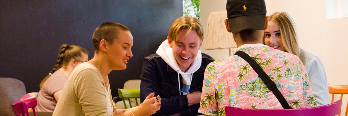 En grupp ungdomar som spelar kort
